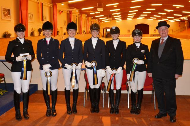 Siegerehrung Junioren-Finale: v.l. Alexa Westendarp, Rebecca Horstmann, Lisa Breimann, Natalia Blanco, Ilene Wiese, Kadia Knabbe & Richter Klaus Harms. © ADC