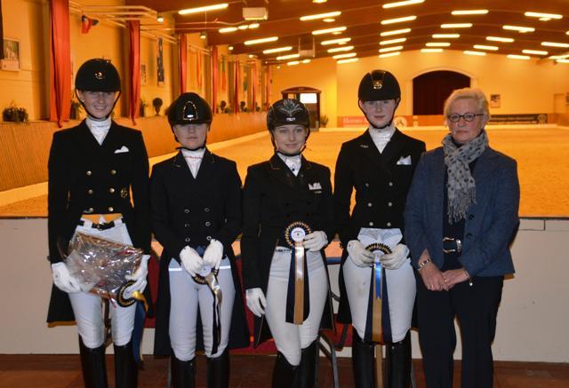 Siegerehrung Junge Reiter-Finale: v.l. Leonie Richter, Hannah Cichos, Kadia Knabbe, Rika Wesseln & Richterin Ulrike Hunecke. © ADC
