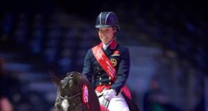 Das Mädchen mit dem schwebenden Pferd: Charlotte Dujardin (GBR) auf der Ehrenrunde mit Valegro nachdem sie das Reem Acra FEI World Cup™ Dressage Finale 2014 in Lyon (FRA) gewann. Dujardin und Valegro werden versuchen ihren Titel in Las Vegas (USA) zu verteidigen. © Arnd Bronkhorst/FEI