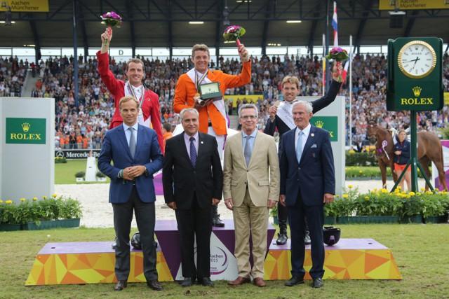 Die Medaillisten der EM nahmen die Glückwünsche von Jean-Frédéric Dufour (CEO Rolex), FEI-Präsident Ingmar de Vos, Innenminister Thomas de Mazière und ALRV-Präsident Carl Meulenbergh entgegen. © Aachen 2015