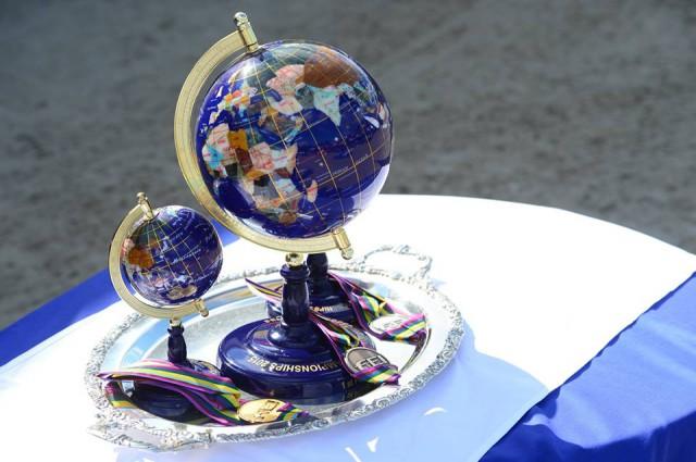 Kreative Ehrenpreise für die Medaillengewinner.  © facebook Zangersheide