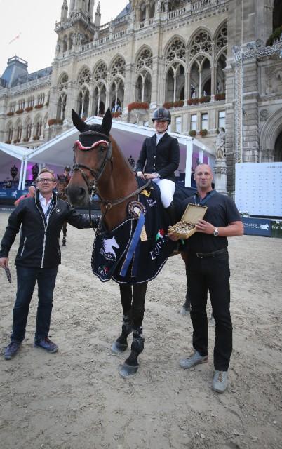Gerald Markel (R34-Immobilienbesitz GmbH) gratulierte Nicole Walker (CAN) zum Sieg in der Gold Tour präsentiert von R34. © Stefano Secchi
