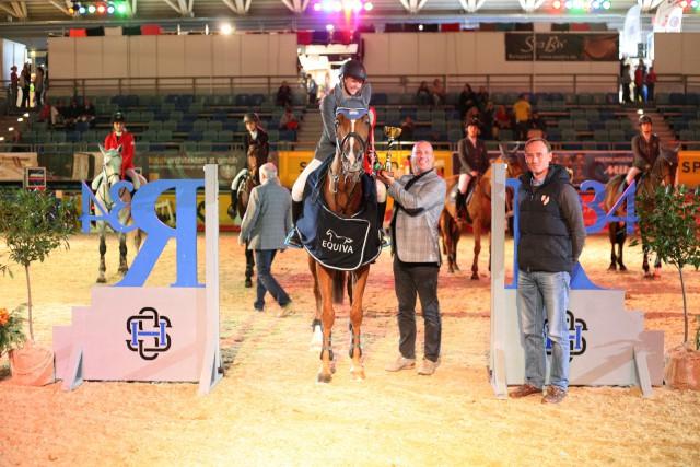 Marie Christine Sebesta nahm die Glückwünsche von R34-Teamchef Gerald Markel bei der Siegerehrung entgegen. © Krisztian Buthi