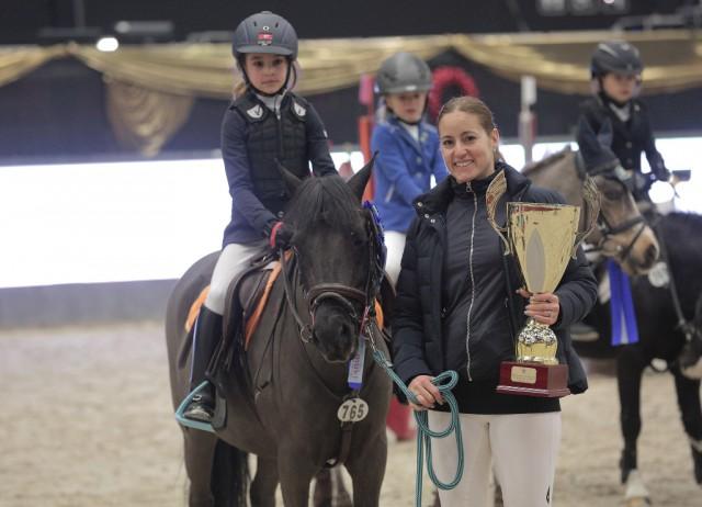 Stolze Super Pony Tour Grand Prix Siegerin: Chloe Duguet auf Olioup d'Hericourt. © Fotoagentur Dill