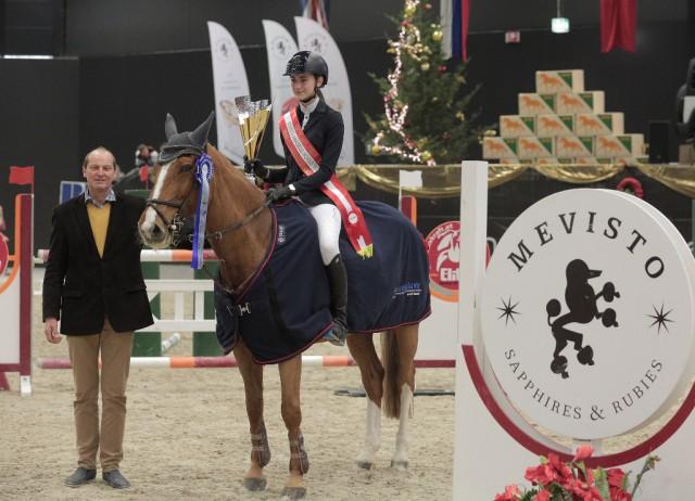 Klara Fischer (GER) war mit Golden Joyce die stolze Siegerin im Amadeus Children Grand Prix. © Fotoagentur Dill