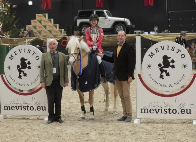 Stefanie Lindner nahm die Glückwünsche für den Sieg im AFP Pony Tour Grand Prix entgegen. © Fotoagentur Dill