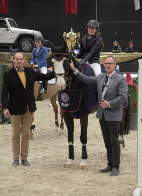 Maren Tiefenbacher und Quelcoleur durften im Mini Children Grand Prix den Siegerpokal mit nach Hause nehmen. © Fotoagentur Dill