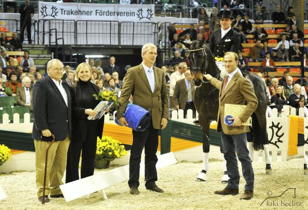 Herzensdieb, pictured with Doug and Louise Leatherdale, Jens Meyer and Prince Donatus Von Hessen, receives the Elite title from the Trakehner Verband. © Kiki Beelitz.