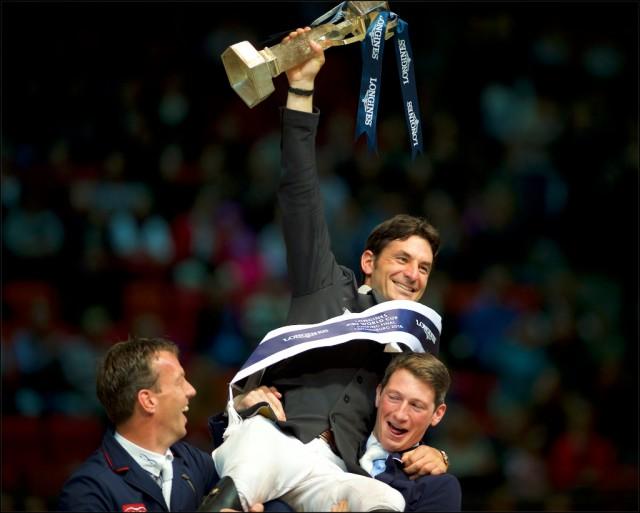Hoch lebe der Champion! Harrie Smolders und Daniel Deusser nehmen Steve Guerdat auf die Schultern. © Arnd Bronkhorst