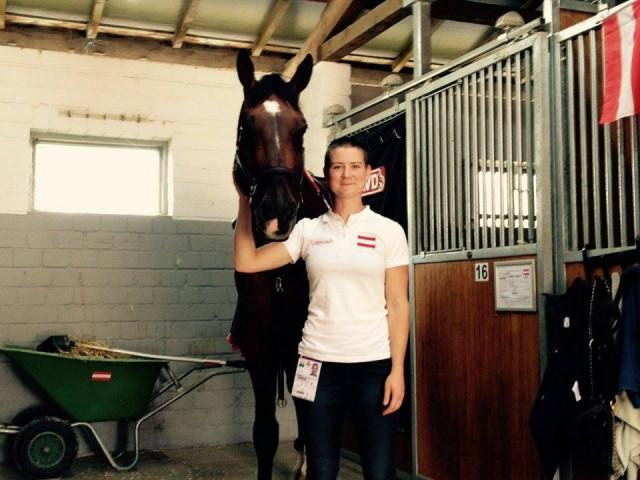 """Sara ist ebenso wie Alex rund um die Uhr für """"ihre"""" Pferde da. © Team Kühner"""