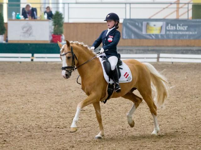 Österreichs Lilly Messner und ihr Rheinländer Pony Helios B mit 63.718% in der FEI - Pony Team Competition. © Michael Rzepa