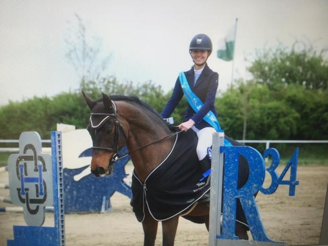 ie strahlende Siegerin in der ersten Qualifikation zur neuen R34 Juniorentour: Ines Borth vom Gut Reuhof (NÖ). © Facebook Brigitte Biber