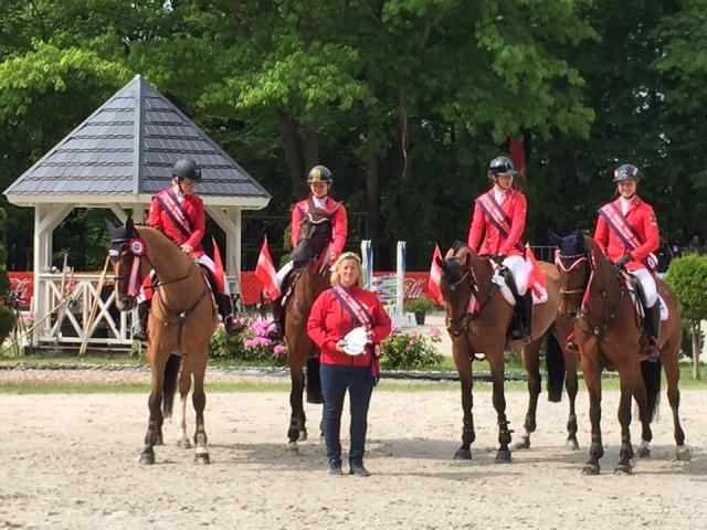 Das erfolgreiche, österreichische Junioren Quartett mit Equipechefin Brigitte Biber. © facebook Brigitte Biber