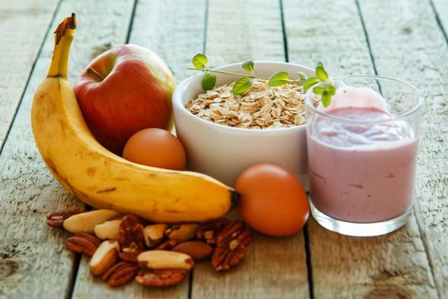 Gesunde Ernährung alleine macht zwar keinen Spitzensportler aus dir, in Kombination mit der richtigen Bewegung wirkt es aber äußerst effektiv und hält dich fit! © shutterstock / Blackday