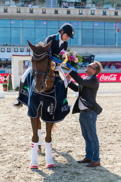 Gregor Gschlenk (DFG Event GmbH) gratuliert  Nicola Louise Ahorner (B) zum Sieg in der Junioren Tour. © Michael Graf