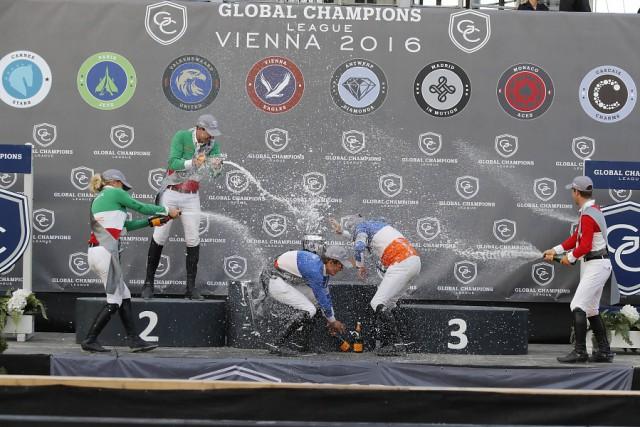 Das gehört gefeiert! Champagnerdusche bei der Global Champions League Vienna. © GCL / Stefano Grasso