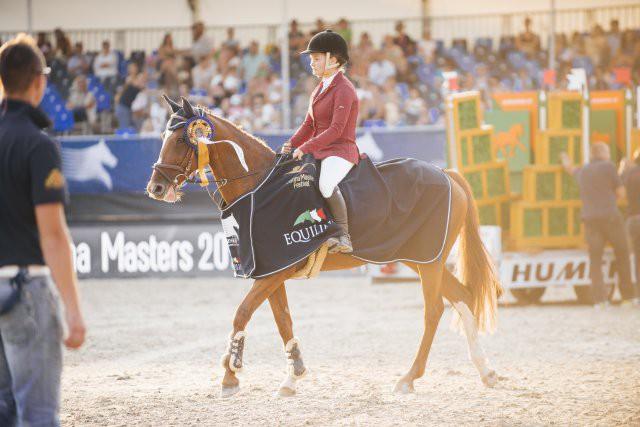 Siegerehrung vom Pony Springen: Sophie Zinsmeister (B) und ihr Pony Girlfriend holen den Sieg. © Valerie Oberreiter