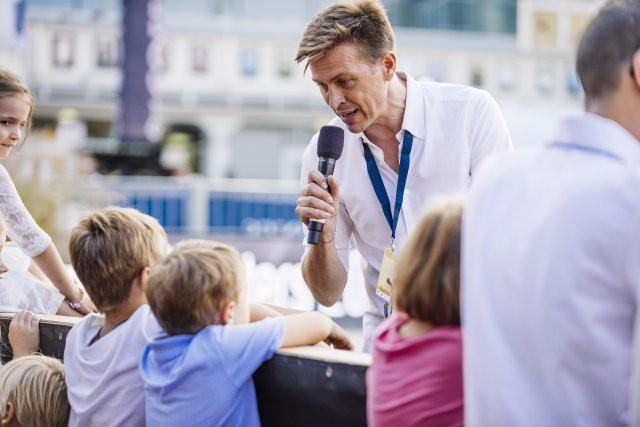 ORF Star Rober Steiner hatte bei der Moderation der Kinder-Pferde-Show keine Berührungsängste. © Melanie Oberreiter