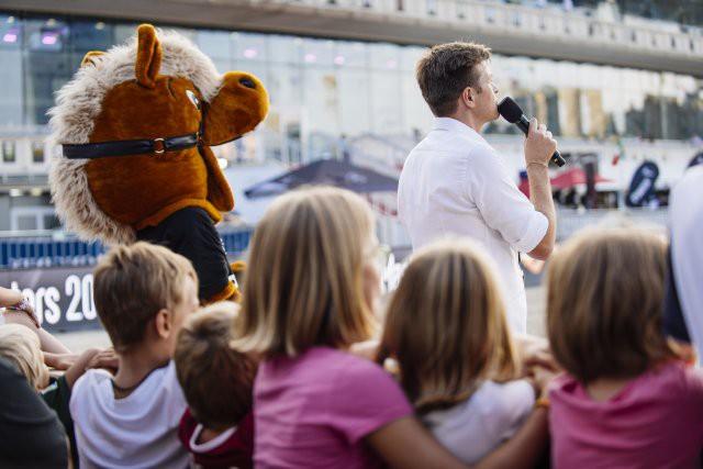 Robert Steiner spricht, Working Equitation Maskottchen Pauli animiert und die Kids waren begeistert. © Valerie Oberreiter