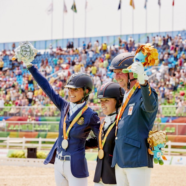 Das Podium bei den Paralympics 2016 im Grade IV Sophie Wells (GBR/Gold), Michèle George (BEL/Silber), Frank Hosmar (NED/Bronze). © Liz Gregg/FEI