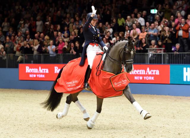 Am 14. Dezember 2016 gehen Charlotte Dujardin und Valegro in London ein letztes Mal auf eine gemeinsame Ehrenrunde. © London International Horse Show