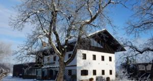 Das idyllisch gelegene Gut Weidmoos steht zum Verkauf. © Zwiener