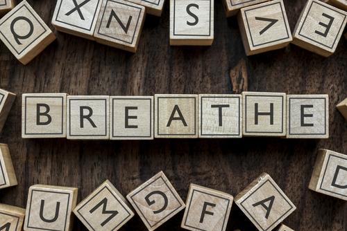 Eigentlich selbstverständlich ist es gar nicht so einfach ruhig zu atmen. © Shutterstock / Typo Art B