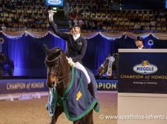 Olympiadritte Dorothee Schneider auf Fohlenhofs Rock´n Rose krönte sich zur MEGGLE Champions of Honour Siegerin 2016. © Sportfoto Lafrentz