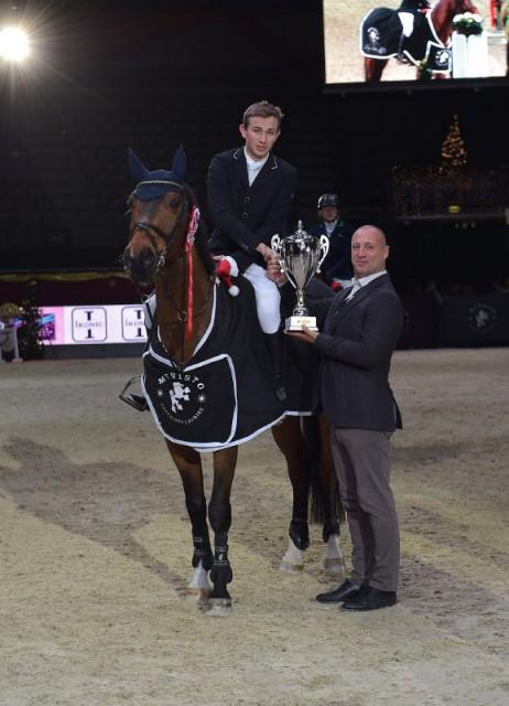 Gerald Markel (R34 Immobilienbesitz GmbH) gratulierte dem EY Cup Qualifikationssieger Philip Houston (GER) auf Chaquilot im Namen der EY Cup Sponsorengruppe. © Fotoagentur Dill