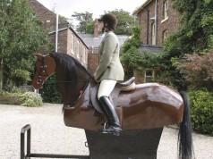 Mit dem Racewood Riding Simulator kann die Hilfengebung von Piaffe und Passage kinderleicht geübt und später am eigenen Pferd verbessert werden. © Racewood Equestrian Simulator