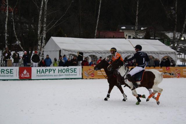 Erster Tag des Snow Polo Spiels in Bad Gastein. Hier zu sehen ist Team Happy Horse Österreich vs. A Quechua England 1. © PIPA