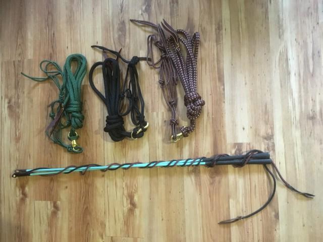 Ein Knotenhalfter samt Seil und einen Stick empfiehlt unser Verladeprofi von Reitsport Jolly Jumper für entspanntes Verladen. © Reitsport Jolly Jumper