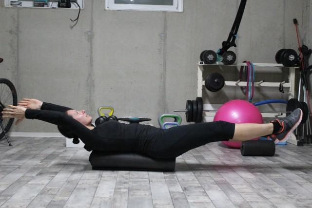 """""""Bauchschiffchen"""" zur Kräftigung der Bauchmuskulatur auf einer zusammengerollten Gymnastikmatte - © fit 4 riding®"""