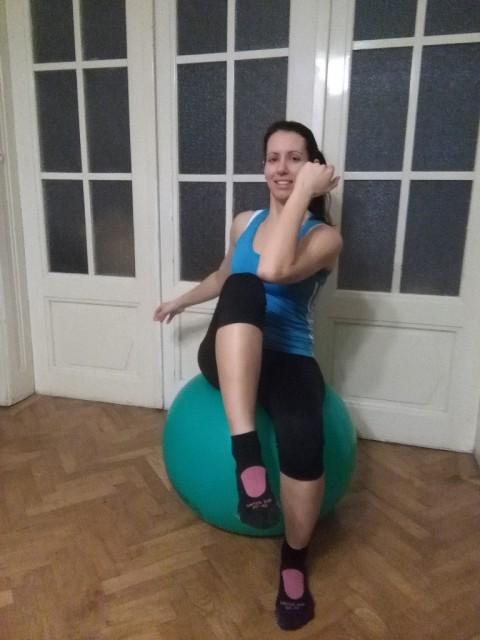 """""""Über Kreuz Bewegungen im Sitzen"""": der linke Ellbogen berührt das rechte Knie vor dem Körper und umgekehrt. © fit 4 riding®"""
