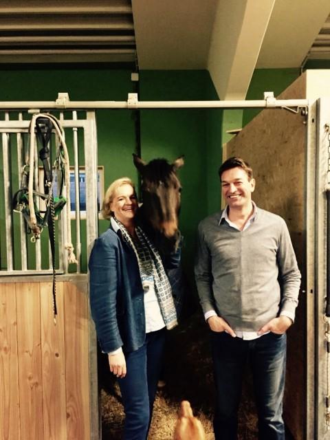 Michaela Zwiener führte den Pferdeinteressierten Klaus Ginther durch die Anlage vom Gutshof Wolfgangsee. © EQWO.net