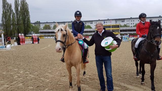Die Siegerin des Petit EQWO.net Pony Grand Prix in Linz Elisabeth Knaus mit Michael Joos von LEXA Pferdefutter. © EQWO.net / DKB