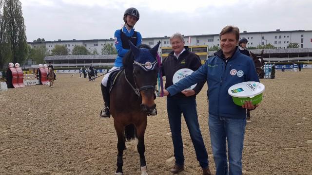 Die Siegerin des EQWO.net Pony Grand Prix in Linz Leona Koller Ludwig wurde bei der Siegerehrung von ihrem Papa begleitet. Die Sachpreise überreichte ihr Michael Joos von LEXA Pferdefutter. © EQWO.net / DKB
