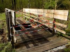 In diese Brücke ist am Ostermontag, 17.04.2017, in Surheide ein Pferd eingebrochen. © FF Schiffdorf