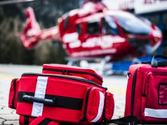 Ein dreijähriger Junge musste in der Steiermark nach einem Tritt von einem Pferd mit schweren Kopfverletzungen in Krankenhaus geflogen werden. © shutterstock / pixelaway