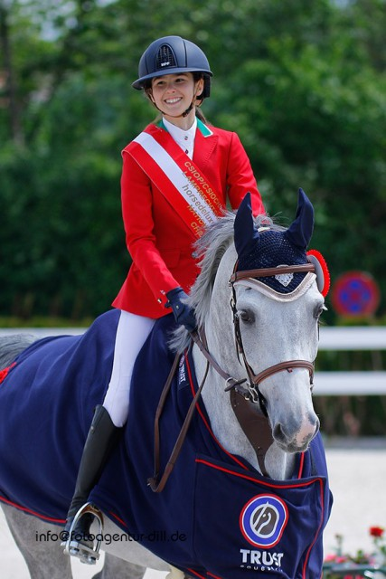 Laura Micol Boni und ihr schicker Schimmel Cote D'Or siegten mit dem Italienischen Team im Nationenpreis der Children bei den Amadeus Junior Specials in Lamprechtshausen. © Fotoagentur Dill