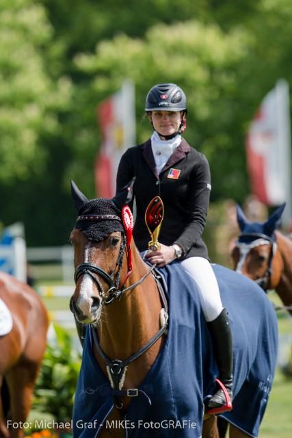 Joelle Bruni freut sich über den Sieg in der CIC1* Prüfung. © Michael Graf