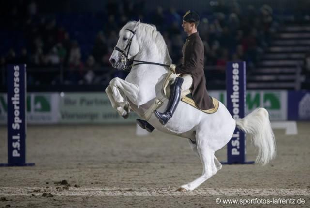 Tolle Showeinlagen lieferten die Pferd-Reiterpaare der Spanischen Hofreitschule in Hagen ab. © Stefan Lafrentz