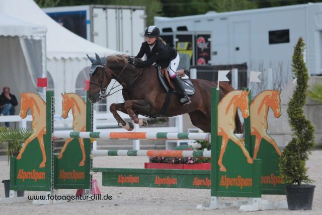Lena Binder auf dem Sprung zu Sieg bei den Amadeus Junior Specials in Lamprechtshausen. © Fotoagentur Dill