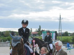 So sehen Sieger aus. Die strahlende Siegerin Lena Binder und ihr Imany VD Middlestede. © Fotoagentur Dill