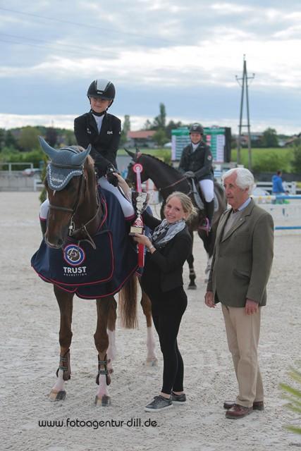 So sehen Sieger aus bei den Amadeus Junior Specials in Lamprechtshausen. Die strahlende Siegerin Lena Binder und ihr Imany VD Middlestede. © Fotoagentur Dill