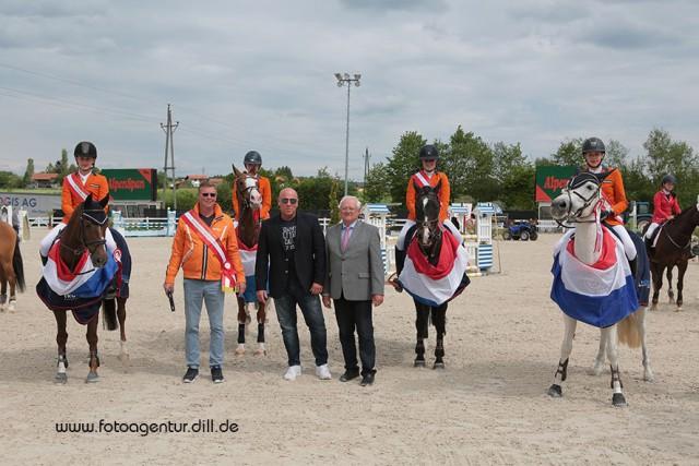 Das Siegerteam Holland des Pony Nations Cup bei den Amadeus Junior Specials in Lamprechtshausen mit Panni auf Rang zehn. © Fotoagentur Dill