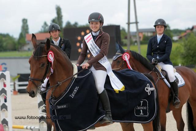 So können nur stolze Sieger strahlen. Michele Ruth aus Niederösterreich gewinnt den EY-Cup bei den Amadeus Junior Specials in Lamprechtshausen. © Fotoagentur Dill