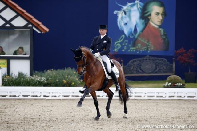 Hubertus Schmidt tanzte mit seinem Pferd Imperio in Hagen durch das Dressurviereck. © Stefan Lafrentz