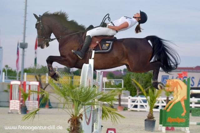 Bianca Rüscher und ihre Cadorna de Klaseta legten in der Springprüfung über 140m einen gewagten Stunt hin! Zum Glück ist weder Pferd noch Reiterin etwas passiert und am Ende hat diese Einlage ihnen nur einen Abwurf gekostet! © Fotoagentur Dill