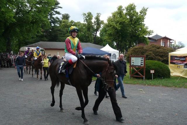 Glückliche Siegerin Amateurin Lilli-Marie Engels und Sha Gino im 4. Rennen. © NNN